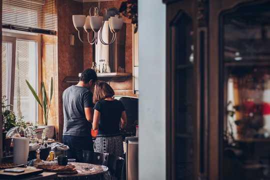 घर पर अटके रहते हुए अपने साथी के साथ संवाद करने के 5 टिप्स