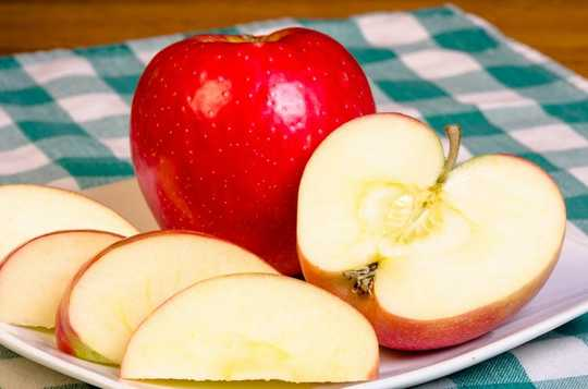 Eating Plenty Of Apples, Berries And Tea Linked To Lower Risk Of Alzheimer's And Dementia