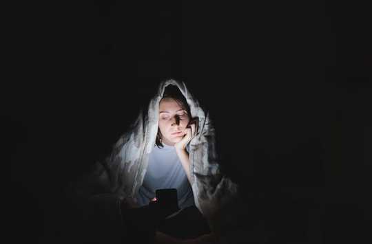 ソーシャルメディアは私たちを多かれ少なかれ孤独にしますか?