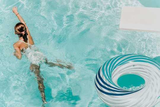 왜 자녀가 수영 수업을 받아야합니까?