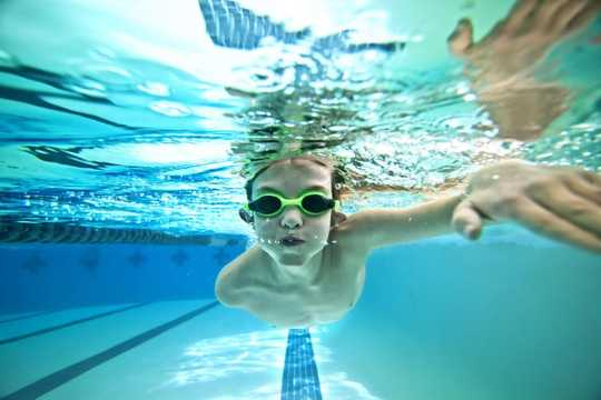 Pourquoi votre enfant devrait-il prendre des leçons de natation?