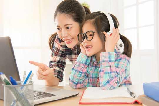 대유행 동안 헤드폰을 더 많이 사용하면서 자녀의 귀를 보호하는 방법?