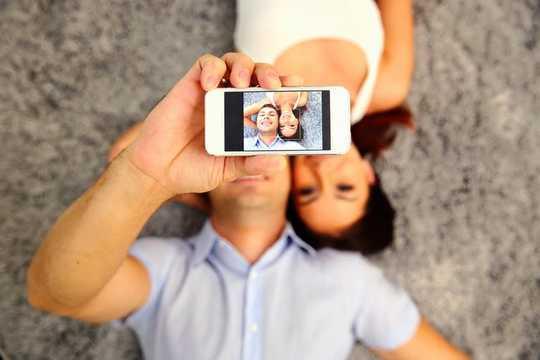 Kenapa Pasangan Orang Mengedit Foto Sebagai Foto Profail Media Sosial mereka