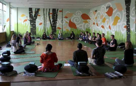 Hur Mindfulness går utöver självhjälp för att bygga gemenskapens anslutningar