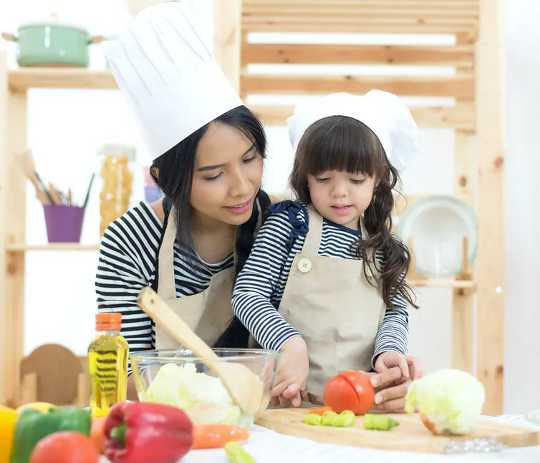 Barn så små som to kan lære å lage mat - her er kjøkkenferdighetene
