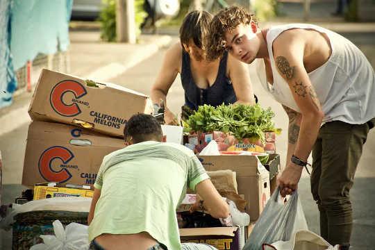 """""""Ich kaufe keine Dinge"""": Warum manche Leute """"Müllcontainertauchen"""" als ethische Art zu essen ansehen"""