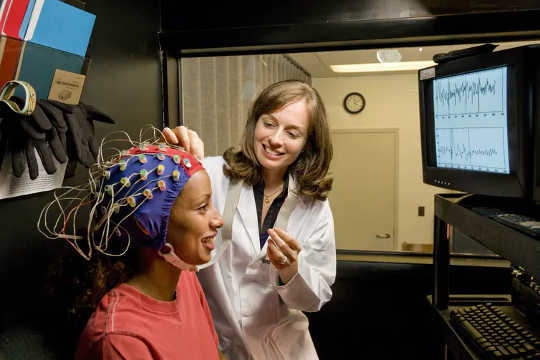 As ondas cerebrais têm uma história para contar. (como seu cérebro acorda do sono)