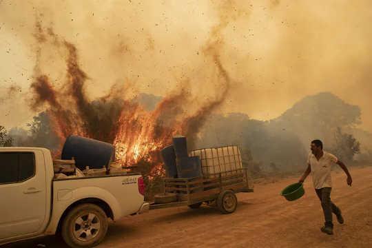 Seorang sukarelawan cuba memadamkan kebakaran di jalan Transpantaneira di tanah lembap Pantanal berhampiran Pocone, negeri Mato Grosso, Brazil, pada 11 September 2020.