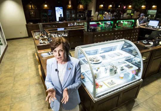 Член палаты представителей Джеки Розен из штата Невада говорит с местным телевидением после своего визита в аптеку по продаже марихуаны The Apothecary Shoppe в Лас-Вегасе 29 мая 2018 года.