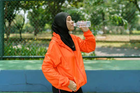 Assurez-vous de boire pendant et après votre entraînement. (lorsque l'entraînement vous donne mal à l'estomac)