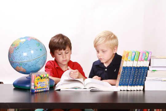 未就学児に感情を教えることでXNUMX代の問題をどのように緩和できるか