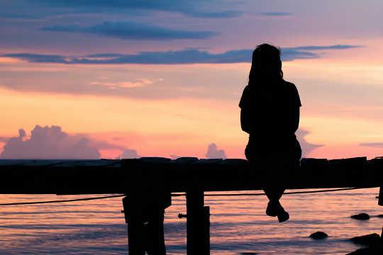 क्यों खोए प्यार पर पछतावा अक्सर हमें खुश होने से रोक देता है - और हम कैसे आगे बढ़ सकते हैं?