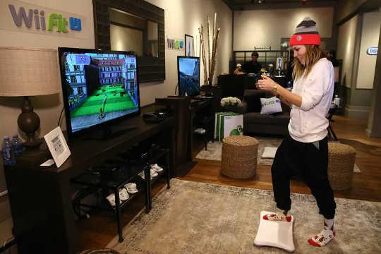 Game seperti Wii Fit membuat pengguna menggerakkan tubuh untuk bermain. (latihan terhubung dapat membantu Anda menjadi bugar bersama teman virtual)