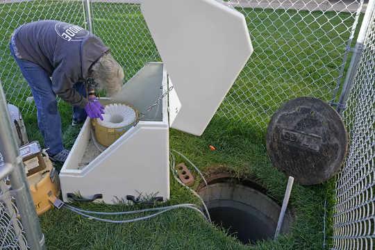 Des échantillons d'eaux usées sont collectés dans les dortoirs de l'Université d'État de l'Utah, le 2 septembre 2020 (comment suivre et identifier des maladies comme le covid 19 avant qu'elles ne se propagent)