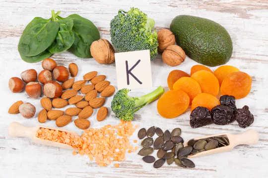 विटामिन K एक छोटी ज्ञात लेकिन उल्लेखनीय पोषक तत्व है