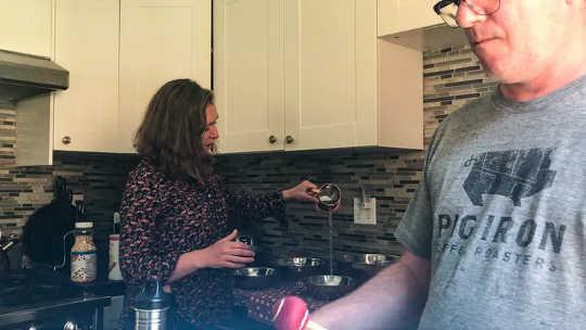 カナダのボーカリスト、キャリー・ウェストと彼女の夫であるドラマー兼パーカッショニストのジェフ・ウィルソンは、IF2020でキッチンで音楽を作っています。