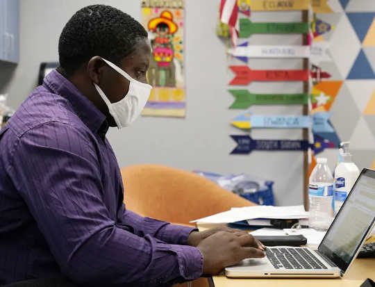 עוזר ההוראה סמואל לביא עובד עם שיעור מקוון בבית הספר למתחילים בוולנסיה, 2 בספטמבר 2020, בפיניקס. (ארבעה צעדים להחלמת מורים מעייפות חמלה ושחיקה)
