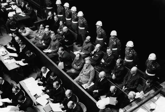 Beskuldigdes van Duitse oorlogsmisdade wat in November 1945 in 'n hofsaal in die Neurenberg-verhoor gesit het. Onder hulle is Hermann Goering, Rudolf Hess en Joachim Von Ribbentrop.