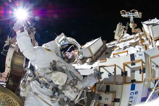 宇宙飛行士は孤立した状態で生活し、働く必要があります。 (宇宙飛行士はここで孤立した専門家であり、彼らが私たちに教えることができるものです)