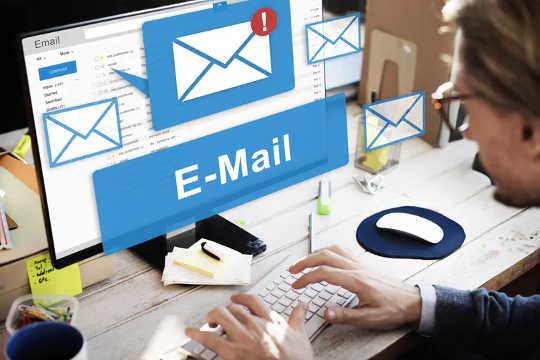 保存工作電子郵件是數字ho積的一種常見形式。 (我們已經確定了數字ho積器的四種類型)