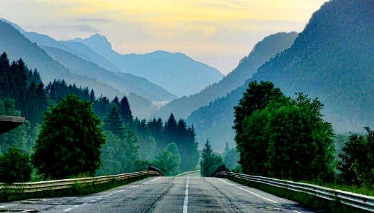 यात्रा, पहाड़ों में आगे बढ़ना और जीवन की चुनौतियाँ।