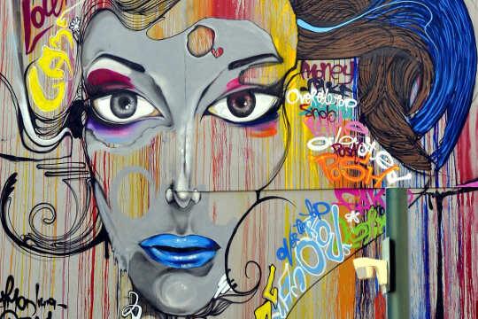 نقاشی های دیواری هنر خیابانی از چهره یک زن