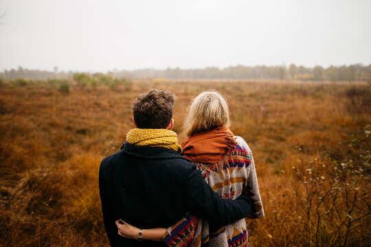 пара смотрит на голое травянистое поле