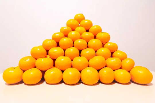 橘子堆放在金字塔形狀