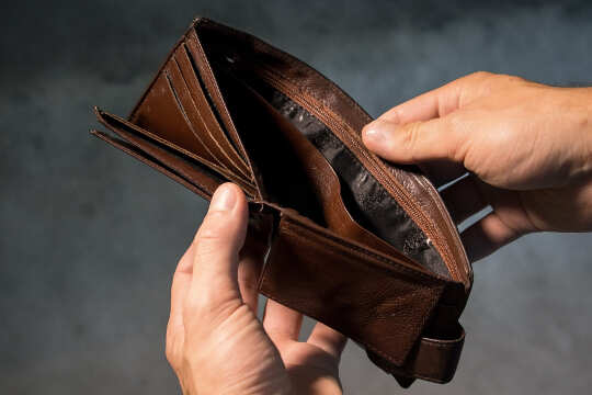 açık bir cüzdanı tutan ellerin görüntüsü ... boş bir cüzdan