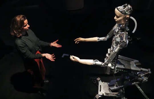 एक व्यक्ति और एक AI रोबोट एक दूसरे की ओर पहुंचते हैं