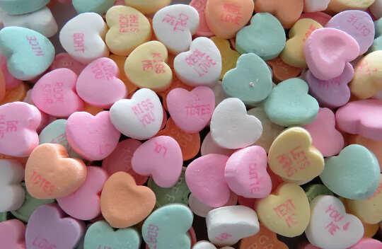en haug med hjerteformede godterier, forskjellige pastellfarger