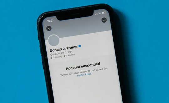 फ़ोन से पता चलता है कि ट्रम्प ट्विटर अकाउंट निलंबित है