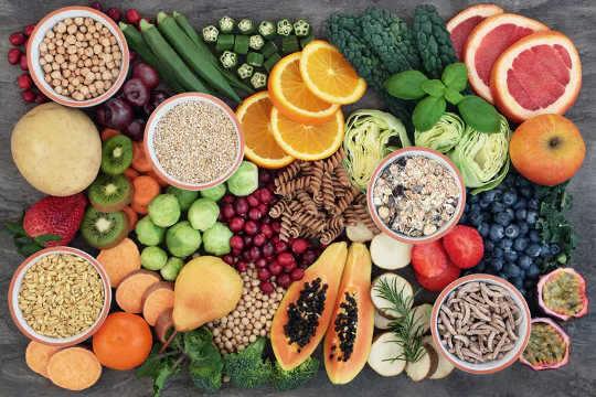 Một loạt trái cây tươi và rau