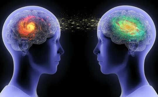 मस्तिष्क के एक हिस्से के साथ सिर की दो पारदर्शिता एक में लाल और दूसरी में हरे रंग की दो ब्रेन को जोड़ने वाली लाइनों के साथ