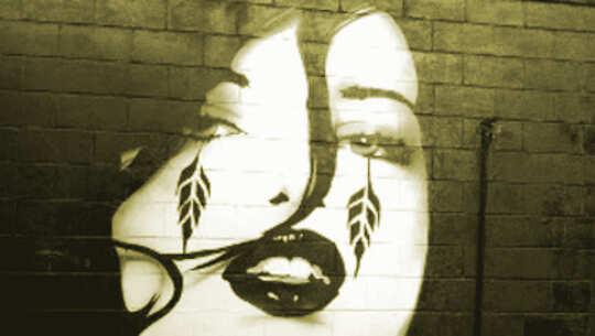 在臉上和厚妝中有紋身的女孩