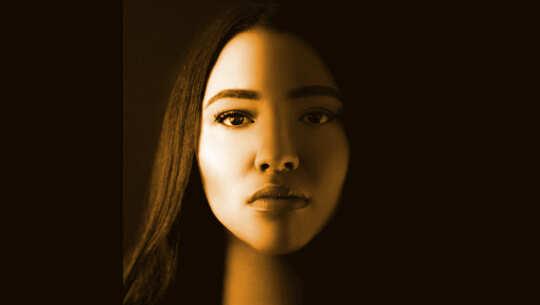 viso di donna con metà in ombra