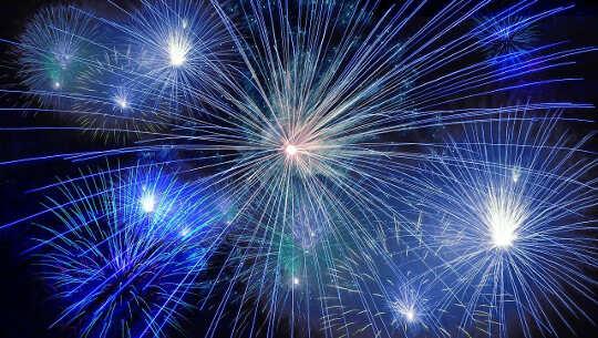 foto de fogos de artifício coloridos no céu