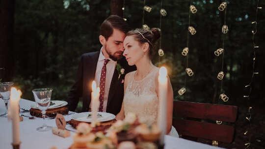 pareja sentada en una mesa de comedor gourmet