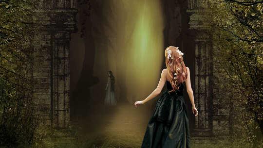 Image d'une fille à la recherche dans une forêt sombre mais avec un rayon lumineux qui brille à travers