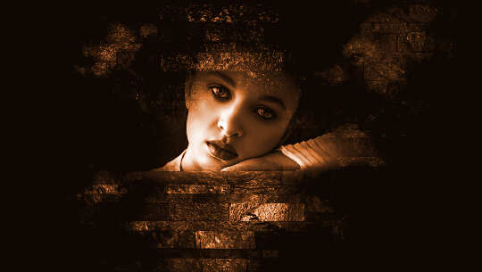 femmes regardant à travers une ouverture dans un mur sombre