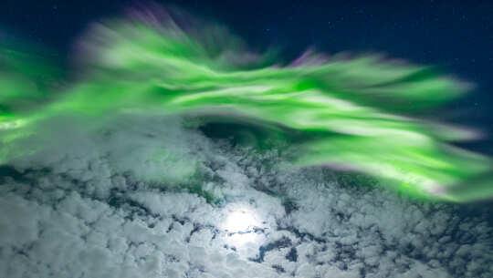 Foto aurora dan bulan oleh Markus Varik pada 22 Februari 2021, Tromsø Norway