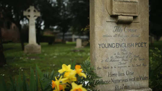 """Gravstenen till John Keats på Roms """"icke-katolska"""" kyrkogård."""
