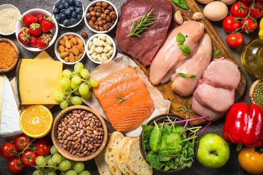 各種各樣的健康食品,包括鮭魚,漿果,奶酪和豆類。