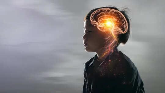 صورة ظلية للجزء العلوي من جسم الطفل تظهر أن الدماغ مضاء