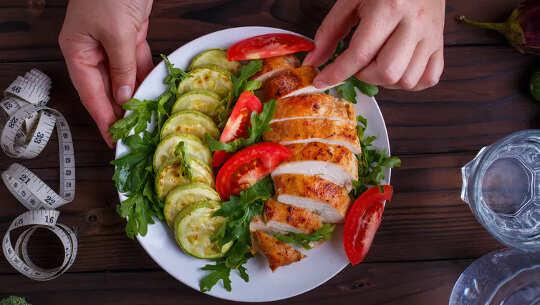 eine Platte mit kohlenhydratarmen Lebensmitteln