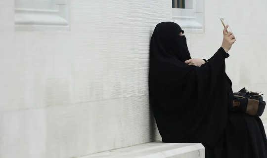 Femme musulmane portant un niqab prenant un selfie