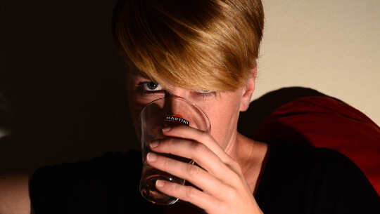 người phụ nữ uống một ly