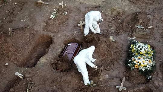 dos sepultureros con tumbas abiertas