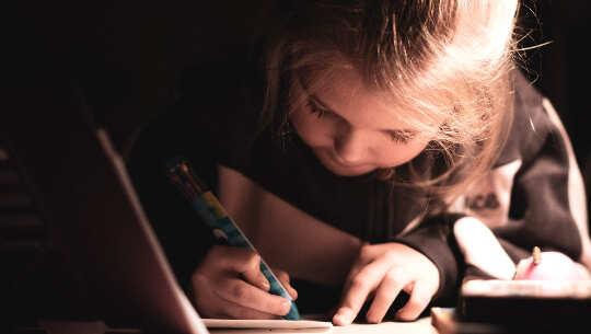uma criança escrevendo