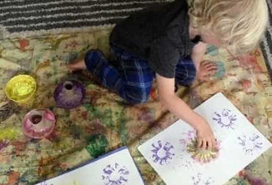 Utilice objetos interesantes de la casa para crear sellos.